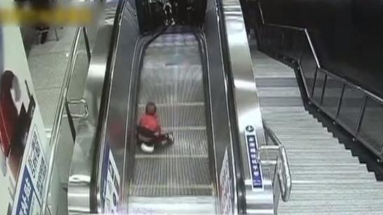 2岁小童穿纸尿裤闯地铁