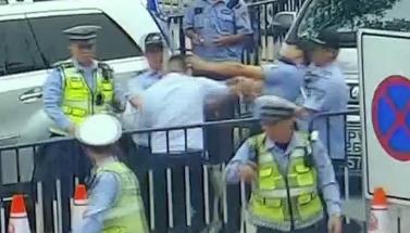廣州:男子不服從指揮 還拳擊辱罵交警
