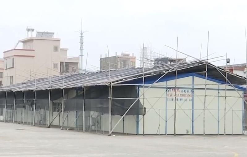 汕头潮阳区:突降暴雨 小学临时教室遭水浸