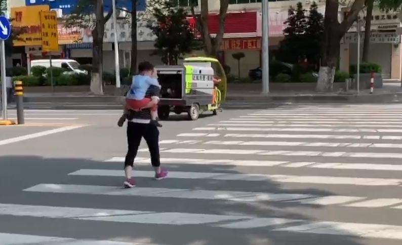 东莞凤岗:女童斑马线上被撞飞 肇事司机被刑拘