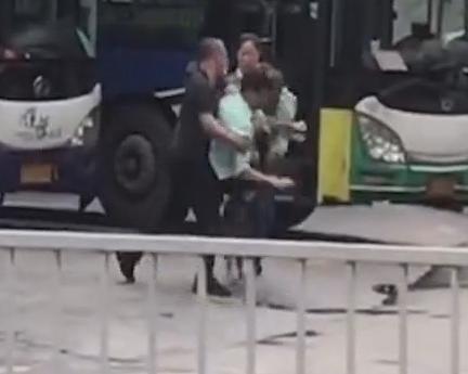 [2019-05-05]DV现场:佛山:公交驾驶员起摩擦 站台大打出手