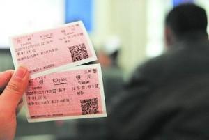 """持票乘客无法上火车 铁路部门:""""买短乘长""""致火车超载"""