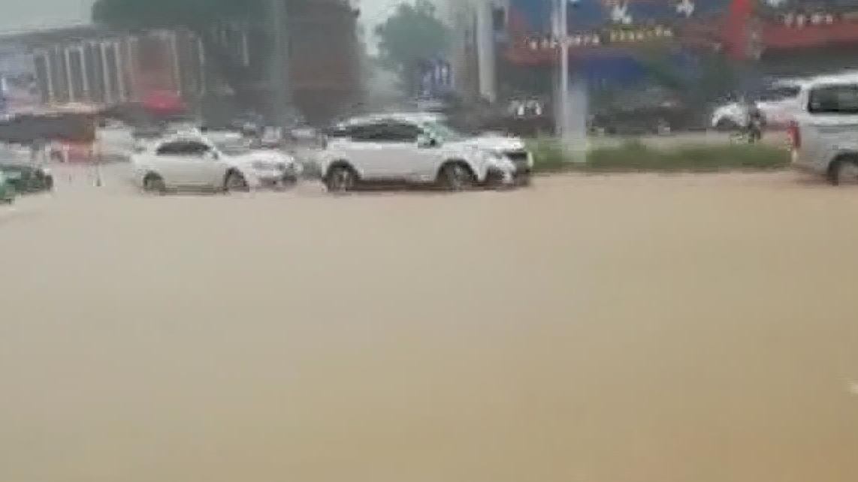 """广州番禺:""""龙舟水""""继续发威 部分路段交通一度瘫痪"""