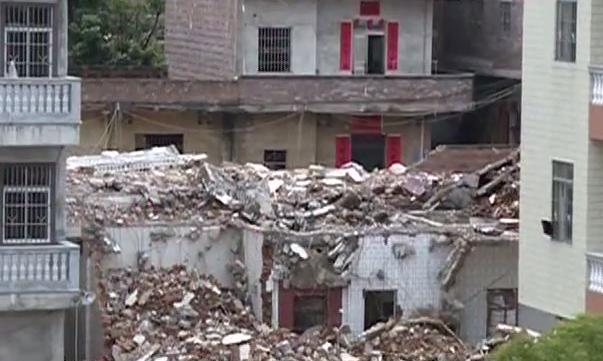 云浮:房屋突发爆炸坍塌 救援仍在紧张进行