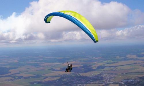 乘坐滑翔伞