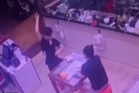 中山:就餐时突然发飙 男子拳打饭店员工
