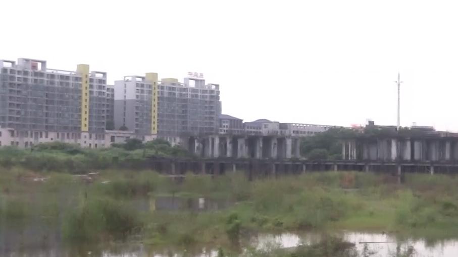东莞:苦盼7年新房无影 一家五口挤破房屋