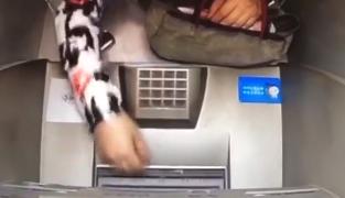 """女子ATM机""""捡漏""""取钱 不忘擦指纹"""