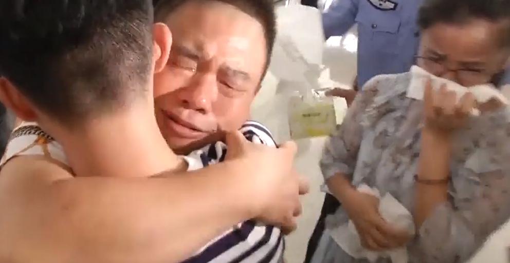深圳:3岁男童19年前遭绑架 今天终与父母相认