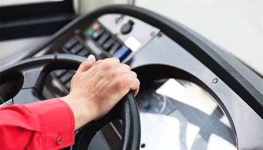 廣州:男子搶奪公交車方向盤 被司機果斷制服