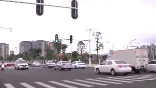 """汕尾現""""埋地式""""紅綠燈 專為""""低頭族""""而設"""