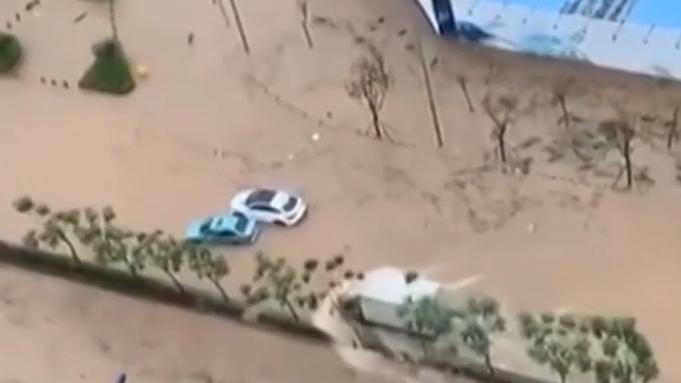 廣州:多區發布暴雨預警 車拋錨多處水浸