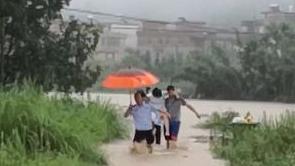 """河源和平:孕妇被困洪水 民警""""托""""其出险"""