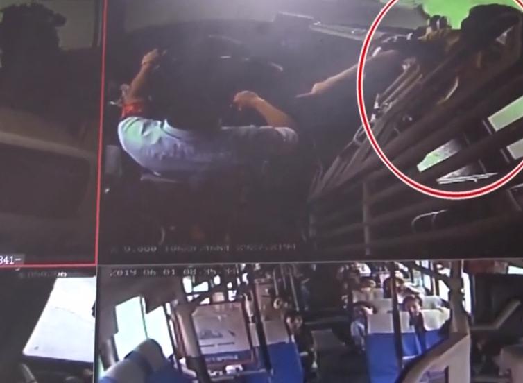 重慶:女乘客搶奪公交車方向盤 跳窗而逃