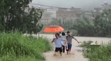 """河源:孕婦被困洪水 民警""""托""""出險境"""
