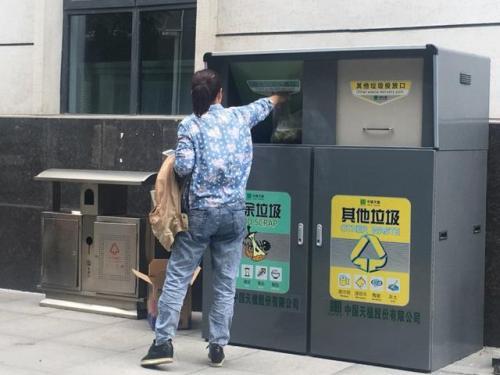 上海:垃圾分類上門服務 回收人員月入過萬