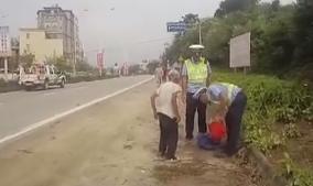 交警上班时间买板蕉 市民竟纷纷点赞