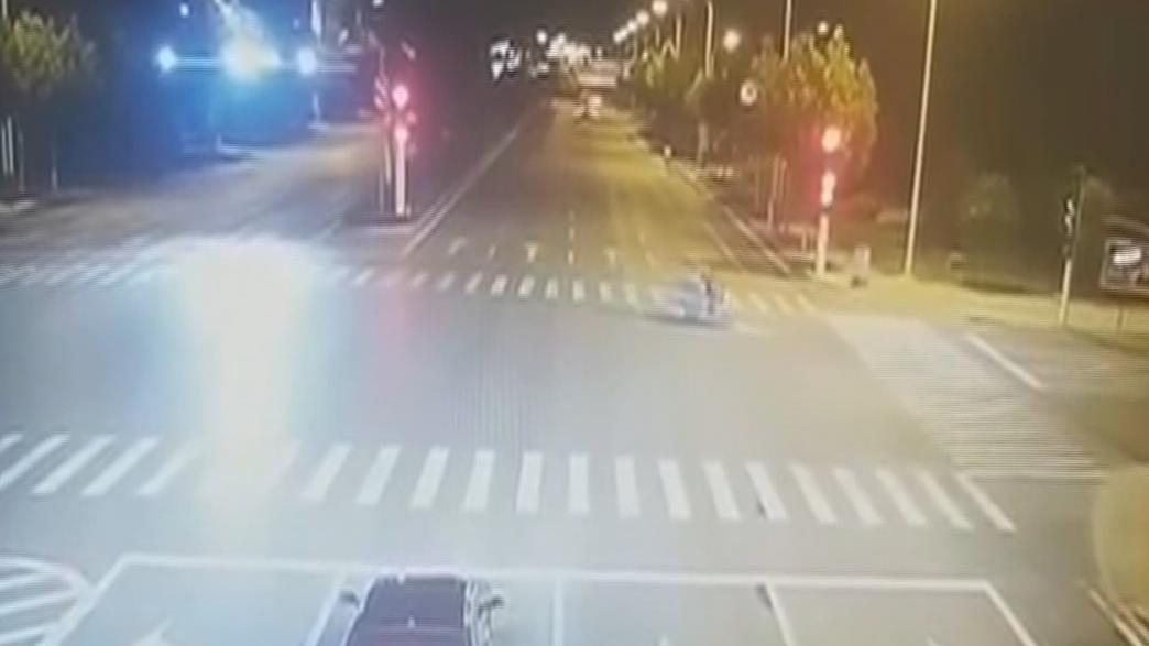 网闻:女子醉驾撞飞宝马 酿成2死4伤惨剧