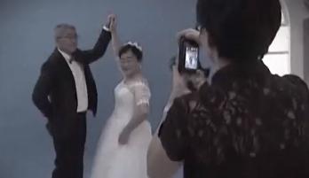 纪念半世纪爱情 白发夫妇自发组团拍金婚纪念照
