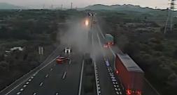 高速上行车安全:货车炸胎撞小车 一家三口险逃生