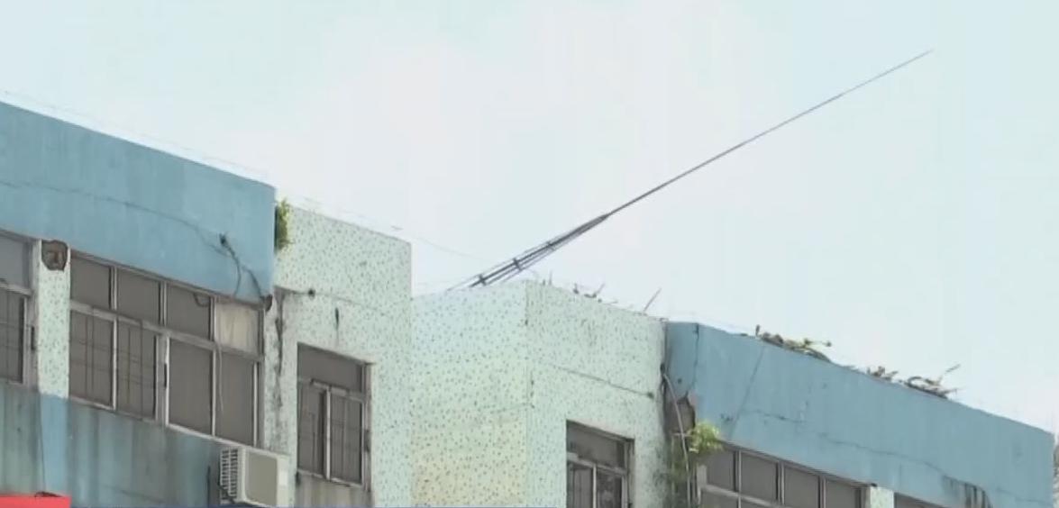 广州增城:避雷针倾倒隐患大 或危及楼下行人安全