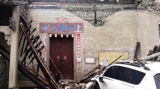 广州:女司机驾车撞塌百年老祠堂