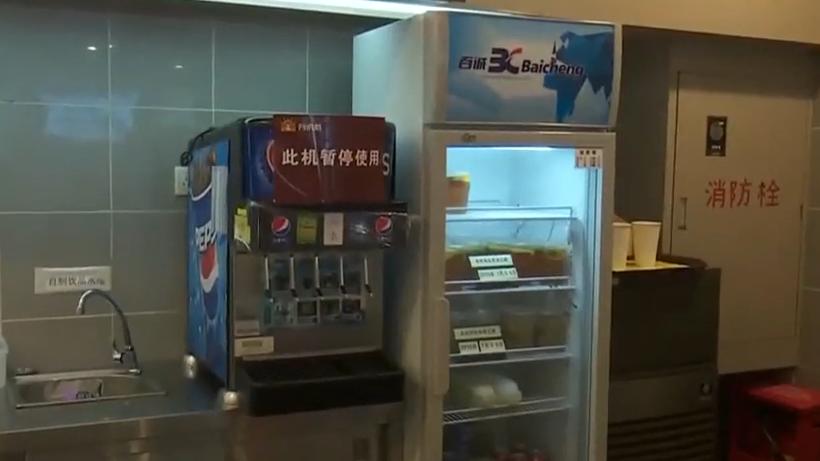 深圳:快餐店就餐 可樂杯底驚現5只小蟑螂