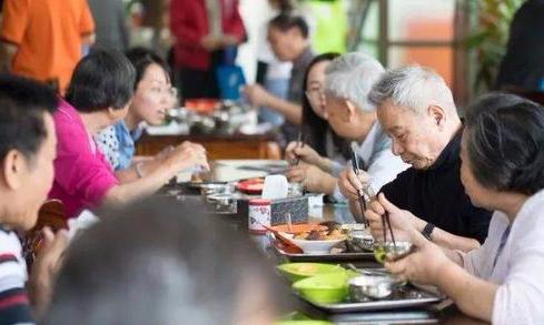"""长者食堂——全国居家养老服务的""""广州智慧"""""""
