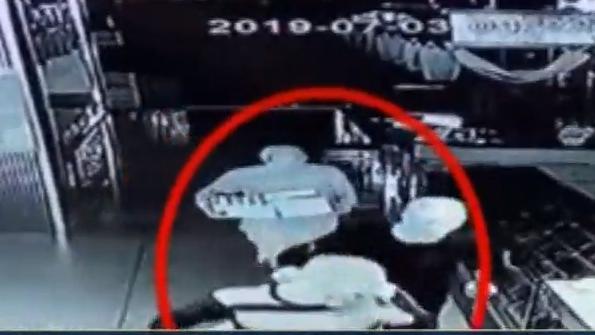 """[2019-07-06]DV现场:从化:网传男子持铁锤""""打劫""""银行 警方到场处置"""