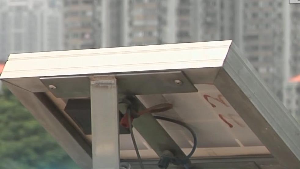 太阳能板挡人行道 路人被撞掉6颗牙