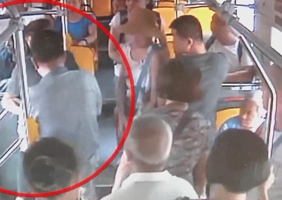 广州荔湾:公交上乘客失窃 司乘当场合力抓贼