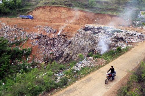 航拍国内最大垃圾填埋场 垃圾山高达百米