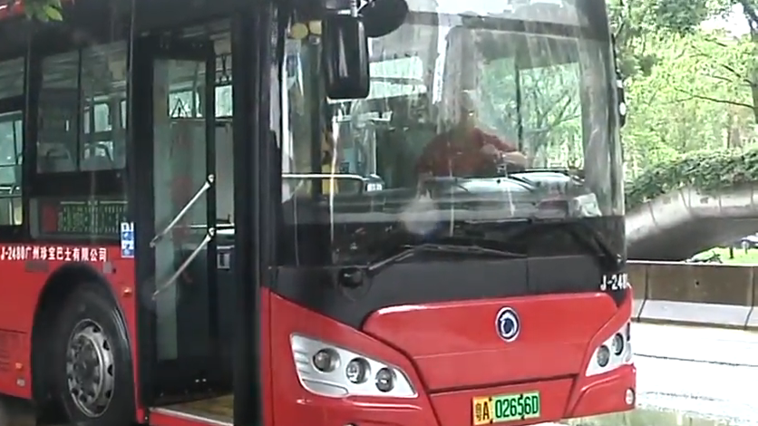广州:老人反复上下公交车 退伍军人送其回家