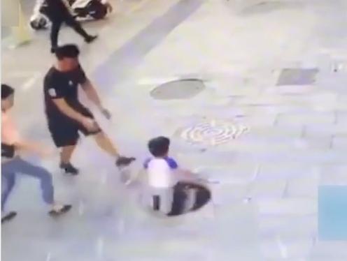 貴州:男童墜井 父親探身入井拽回