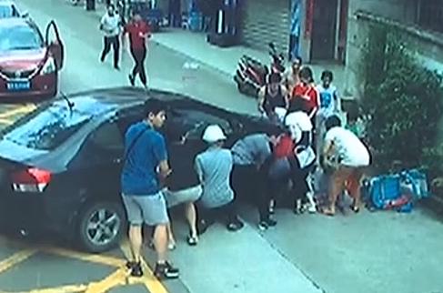 [2019-08-12]城事特搜:拿板砖砸自己的车反被拘留