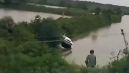 珠海淇澳岛:新买豪车飞插进湿地