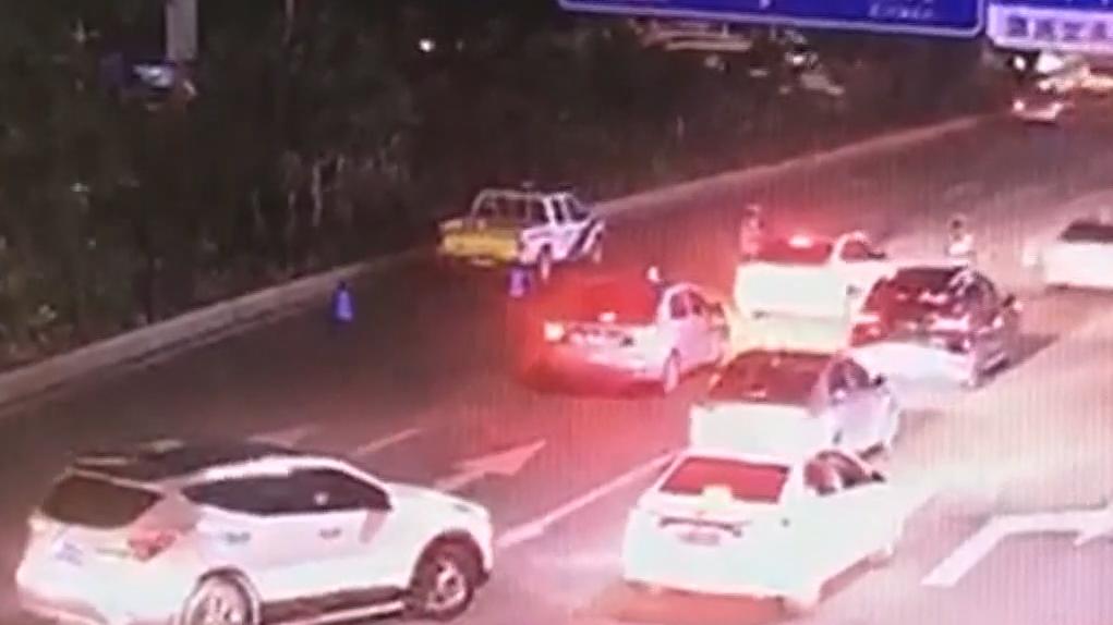 东莞:小车强行冲卡 十多辆车被撞毁