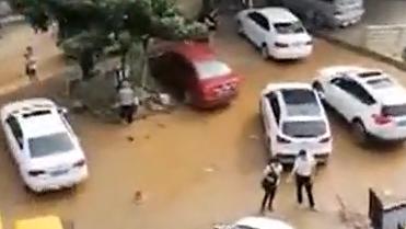 广州:凌晨一场暴雨 黄埔华甫村近百辆车被浸