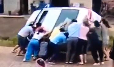 云浮:小车侧翻压住小孩 众人合力抬车救人