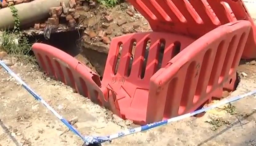 [2019-08-13]DV现场:水泥泵车作业时侧翻 传输臂砸中三名工人