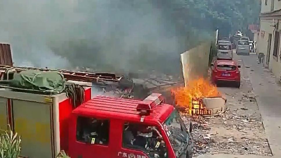 中山:火苗变大火烧毁面包车 70名路人无一报警