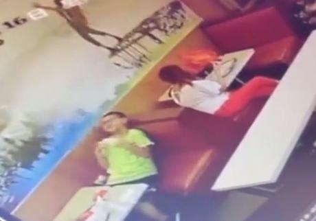 男童餐厅内充电玩手机 突遭电击身亡