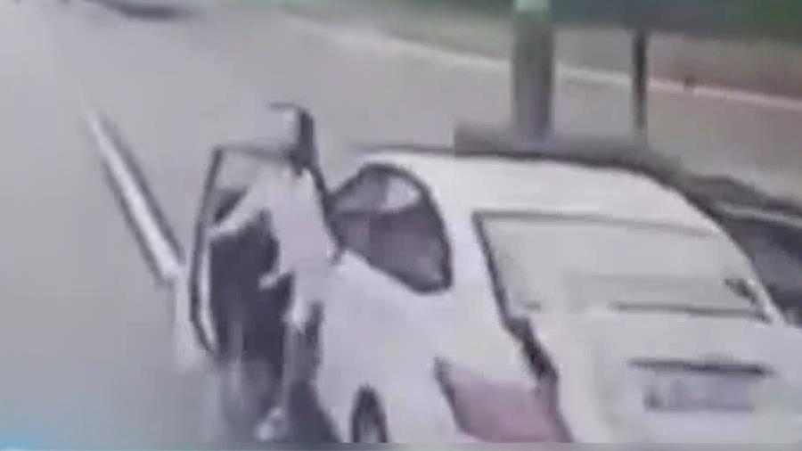 女司机突开车门 被后方公交撞倒身亡