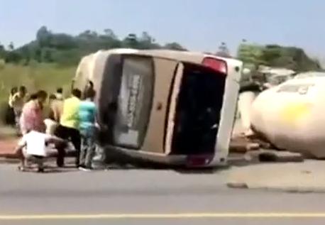 佛山:满载乘客客车与泥头车相撞 造成2死5伤