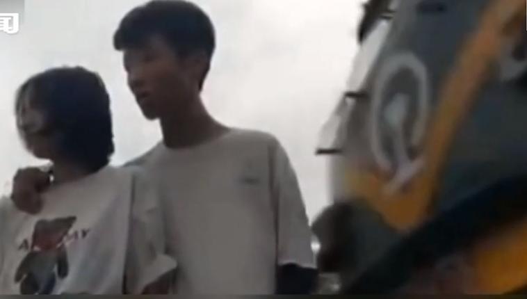 梅州:小情侶鐵軌旁拍視頻 瞬間被掀翻