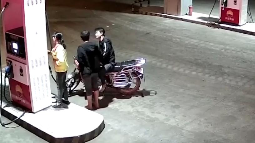 网闻:男子加油站调戏女员工 还点燃摩托车