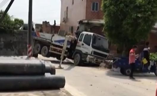 佛山:泵车吊臂突然坠落 砸中三名工人