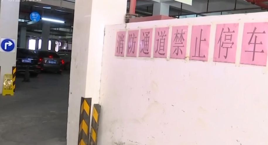 """一线独家调查:梅州丰顺""""谁堵了救命通道""""? 救护车小区里进退两难 谁堵了救命通道?"""