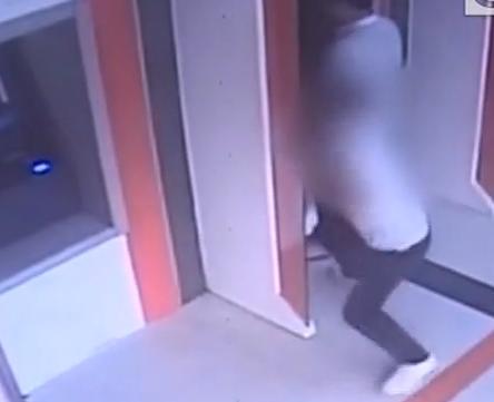 (DV现场)肇庆:男子柜员机前抢劫 警方4小时破案