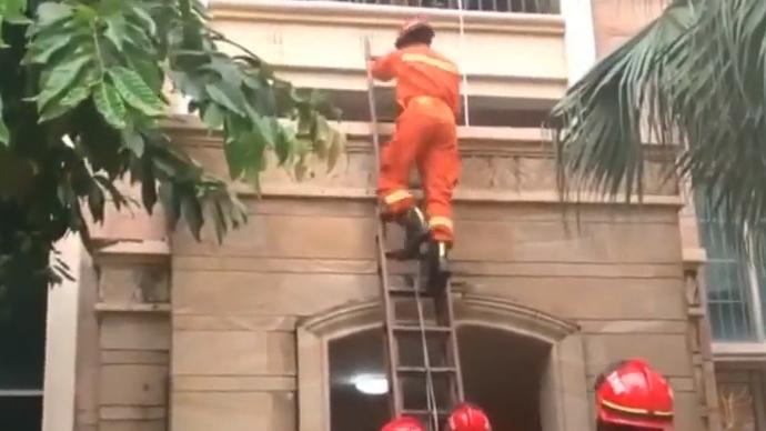 """中山:醉酒女""""从天而降"""" 消防员紧急救援"""
